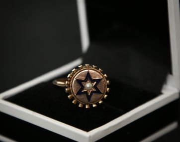 Pre-loved 9 carat gold Pearl ring