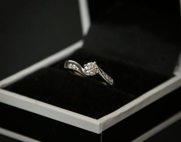 Diamond solitaire style 18 ct gold ring